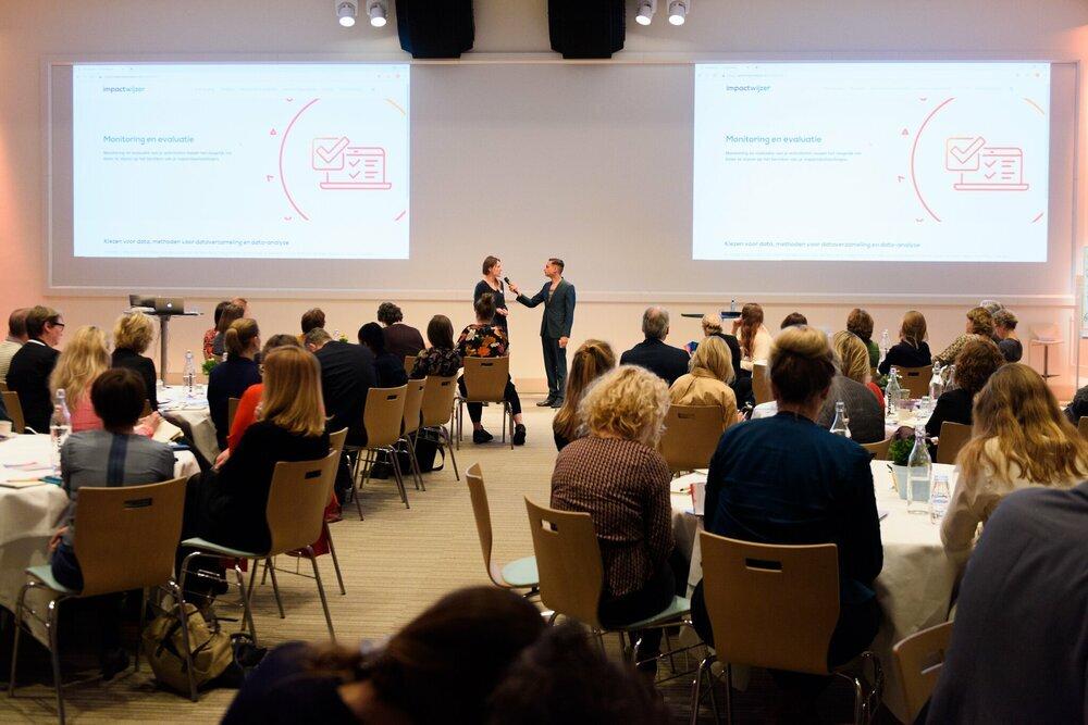 Presentator Farid Tabarki interviewt Emma Verheijke (partner bij Sinzer) over de Impactwijzer